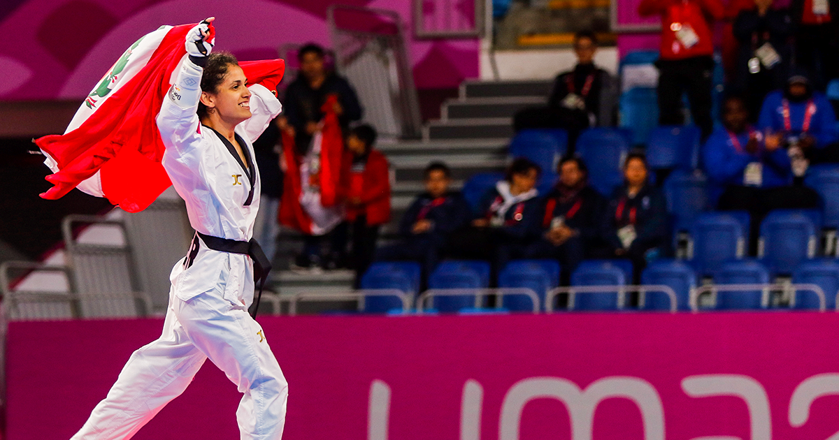 Angélica Espinoza celebrates her victory at Lima 2019 holding the Peruvian flag