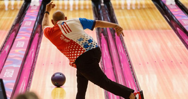 Puerto Rican bowler throws ball on the bowling lane