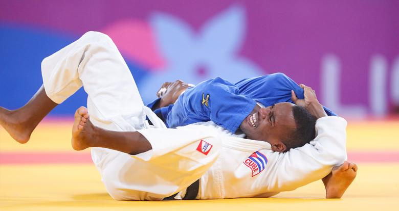 Cuban Osniel Solis and Dominican Mateo Wander competing in men's judo -66 kg