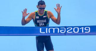 Manoel Messias reaches the first place in triathlon mixed relay competition
