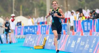 Vittoria Lopes runs in the triathlon racing leg