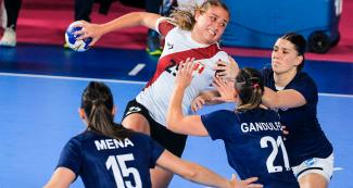 Marcela Balarin goes past players to score against Argentina in a handball match held at the National Sports Village – VIDENA at the Lima 2019 Games