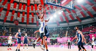 Derek Reese from Puerto Rico tries to catch the ball in the Lima 2019 basketball game against Argentina at the Eduardo Dibós Coliseum