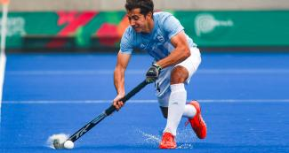 Argentinian Nicolás Cicileo controls the ball during the hockey semifinals against USA at the Villa María del Triunfo Sports Center, Lima 2019 Games
