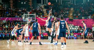 Devon Collier from Puerto Rico tries to catch the ball in the Lima 2019 basketball game against Argentina at the Eduardo Dibós Coliseum