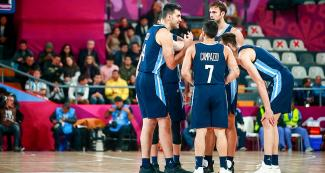 The Argentinian team gathers to talk in the Lima 2019 basketball game against Puerto Rico at the Eduardo Dibós Coliseum
