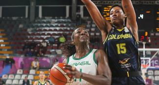 Brazilian Clarissa Dos Santos and Colombian Narlyn Mosquera face off in the Lima 2019 women's basketball semifinal at the Eduardo Dibós Coliseum.