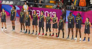 The Colombian women's basketball team ready to play against Brazil in the Lima 2019 semifinal at the Eduardo Dibós Coliseum.