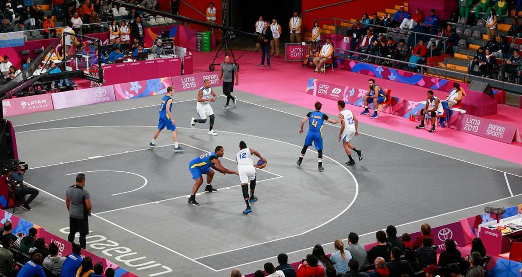 Puerto Rican basketball player Gilberto Clavell with the ball facing Dominican Bryan Piatini at Lima 2019.