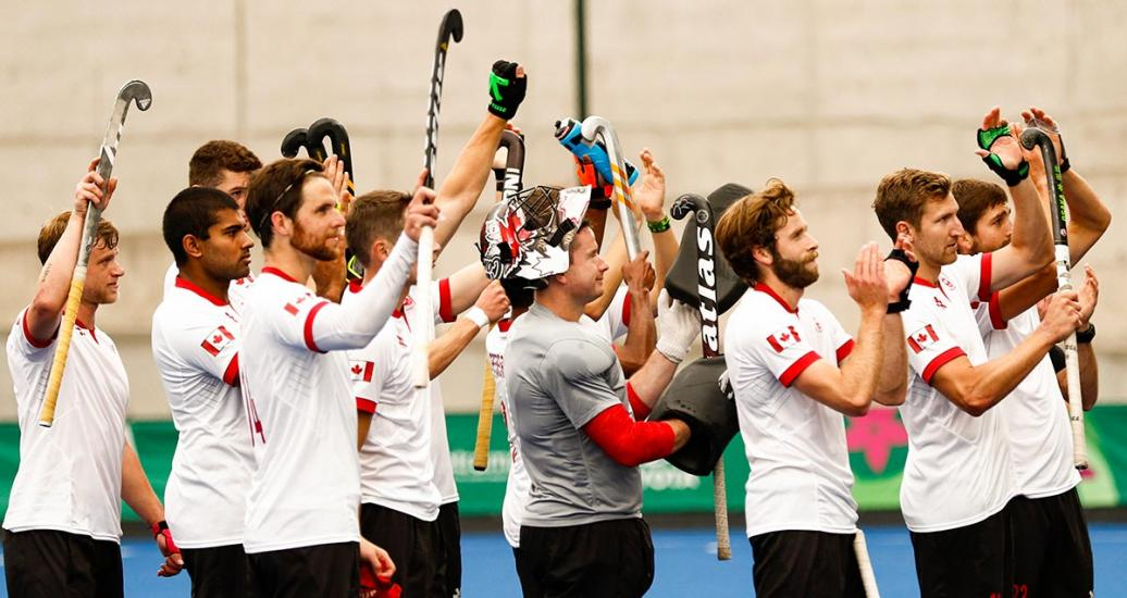 The Canadian hockey team celebrates the winning against Mexico at the Villa María del Triunfo venue.
