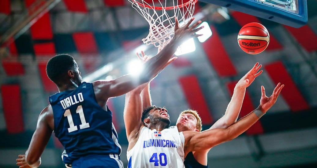 Luis Santos from Dominican Republic fights for control of the ball against Alpha Diallo from United States in the Lima 2019 basketball game at Eduardo Dibós Coliseum